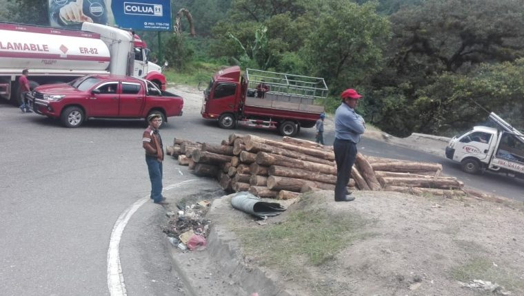Un tráiler se daña por el sobrepeso de las trozas que transportaba en el kilómetro 140 de la ruta a Chichicastenango, Quiché. (Foto Prensa Libre: Héctor Cordero).