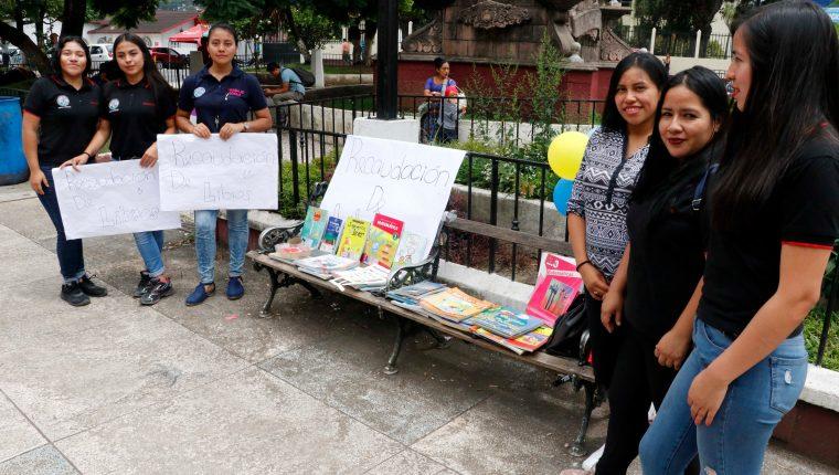 Un grupo de estudiantes de Trabajo Social recaudan libros para implementar una biblioteca comunitaria en San Juan Chamelco. (Foto Prensa Libre: Eduardo Sam Chun)