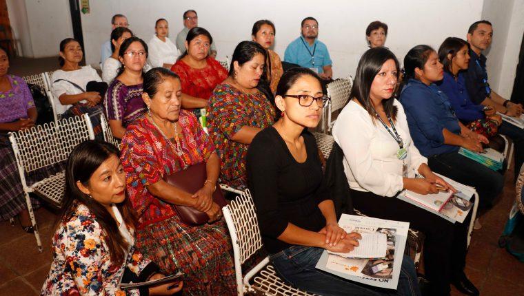 Autoridades analizan la situación de embarazos en menores y muertes maternas en Alta Verapaz. (Foto Prensa Libre: Eduardo Sam)