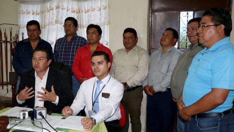 Autoridades de Salud y municipales informan de la suspensión de la feria en Chiantla. (Foto Prensa Libre: Mike Castillo).