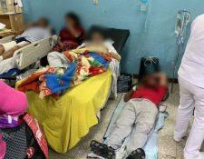 Un paciente yace en el piso  de la emergencia del Hospital Regional de  Occidente donde recibió atención médica por falta de camillas. (Foto Prensa Libre: Cortesía)