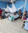 Niños contagiados con dengue son atendidos en la unidad pediátrica que el Hospital  Nacional de Coatepeque abrió por la epidemia. (Foto Prensa Libre: Mynor Toc)