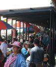 Estas son las estructuras metálicas que supuestos vendedores instalaron en el mercado Minerva sobre la 29 avenida de la zona 3. (Foto Prensa Libre: Mynor Toc)