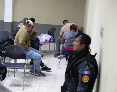 La Policía Nacional Civil interceptó a 33 migrantes  que ingresaron de forma ilegal al país. (Foto Prensa Libre: Mynor Toc)