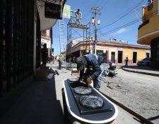 Empleados de la empresa Construartes la 12 revisan uno de los semáforos que instalan en la zona 1 de Xela. (Foto Prensa Libre: Mynor Toc)
