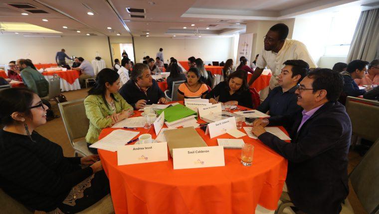 Vincent Onyemah, profesor del Babson College atiende a un grupo de estudiantes del programa Scale Up Xela.   (Foto Prensa Libre: Mynor Toc)