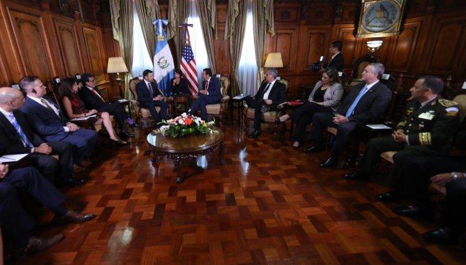 El presidente Jimmy Morales se reúne con el secretario de seguridad nacional de los Estados Unidos, Kevin McAleenan. Los acompañan otros funcionarios. (Foto Prensa Libre: @GuatemalaGob)