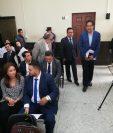 Gustavo Alejos ingresa en la sala de audiencias del Juzgado de Mayor Riesgo D. Su esposa, Beatris Jansa Bianchi de Alejos, en la primera fila. (Foto Prensa Libre: Kenneth Monzón)