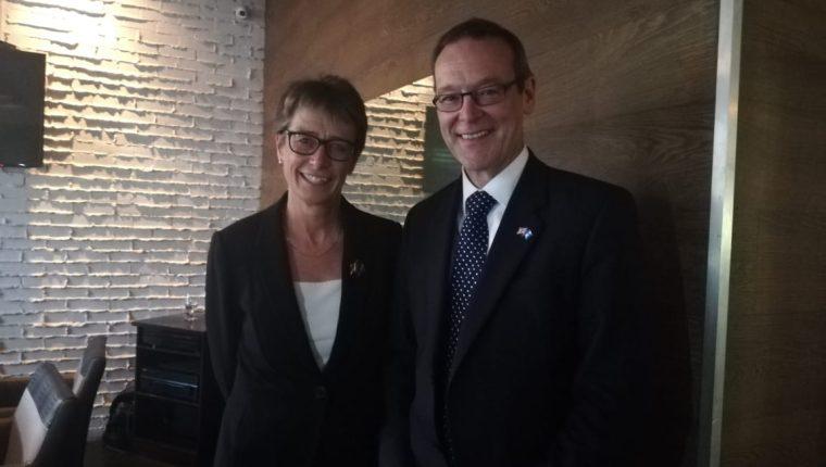 La embajadora de Reino Unido Carolyn Davidson  y el Subsecretario de relaciones exteriores de, Simon McDonald, hablaron sobre al visita del funcionario a Guatemala. (Foto, Prensa Libre: Rosa María Bolaños).