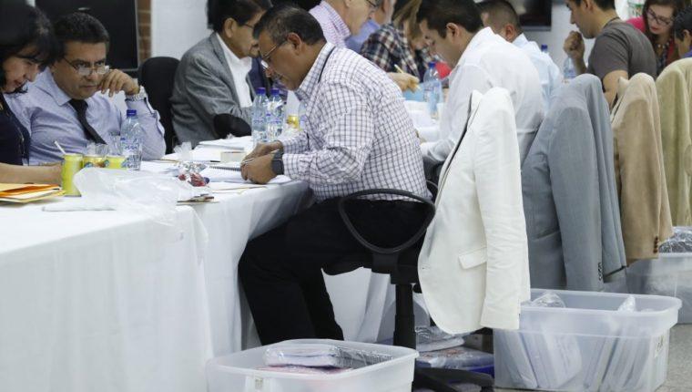 Los postuladores revisan los expedientes de los candidatos a magistrados de la Corte Suprema de Justicia. (Foto Prensa Libre: Esbin García)