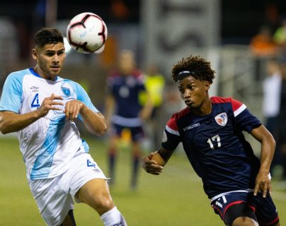 José Pinto, de Guatemala, disputa el balón con un jugador de Dominicana. (Foto Fedefut)