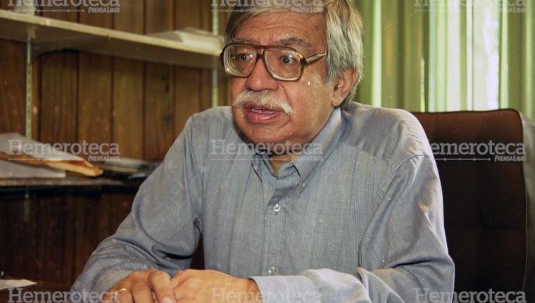 El antropólogo, historiador y escritor Celso Lara fue un incansable investigador de la tradición popular guatemalteca. (Foto Prensa Libre: Hemeroteca)