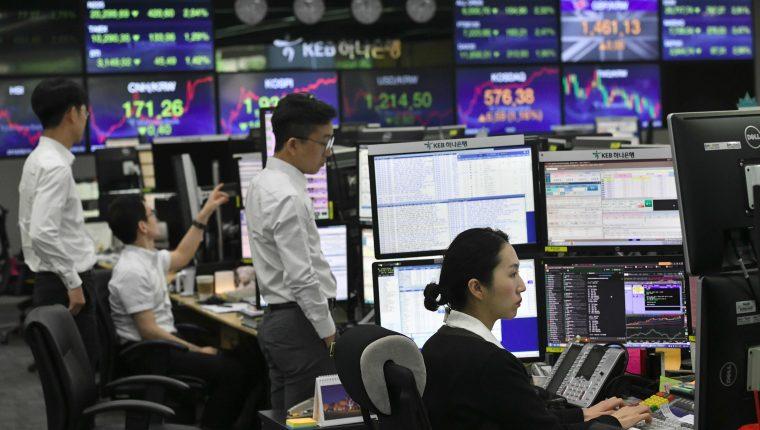 Las bolsas a escala mundial resintieron la nueva tensión entre EE. UU. y China. (Foto Prensa Libre: AFP)