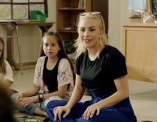 Lady Gaga trabajando en su organización para empoderar niños y adolescentes.