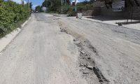 Los pilotos ya no pueden esquivar los agujeros en la carretera a San Pedro Jocopilas, Quiché.  (Foto Prensa Libre: Héctor Cordero).