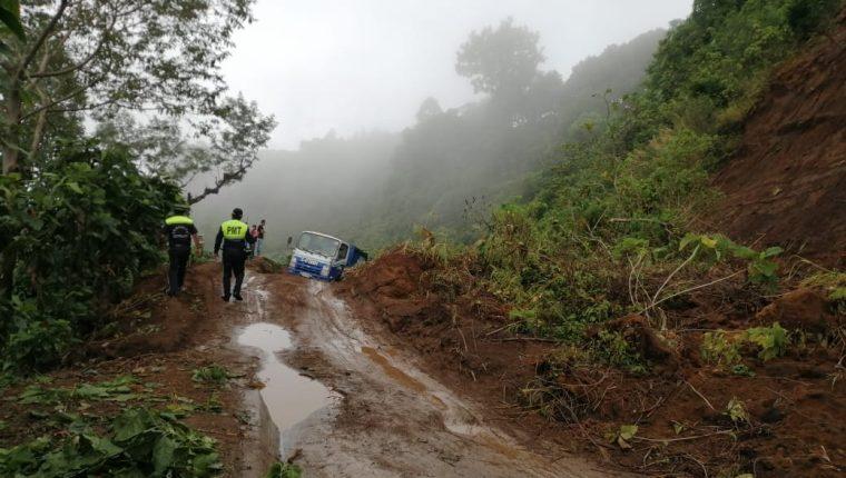 En la ruta de Santiago Atitlán, Sololá, y Chichacao, Suchitepéquez, un derrumbe interrumpió el paso de vehículos. (Foto Prensa Libre: Conred)