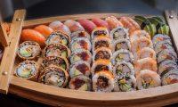 Los ácidos grasos omega 3 que se encuentran en el pescado del sushi beneficiará su salud cardiovascular. (Foto Prensa Libre: Servicios)