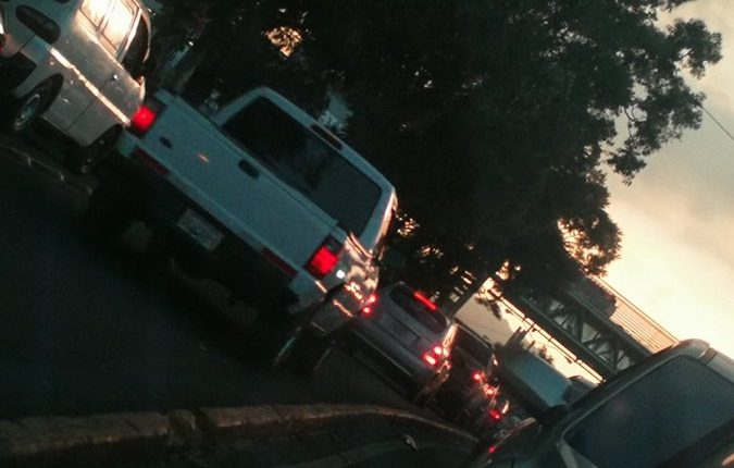 Caos vehicular en la calzada Roosevelt este viernes 23 de agosto. (Foto Prensa Libre: Josué León).