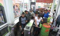 Usuarios deL Transmetro ingresan a una de las estaciones de la zona 1. (Foto Prensa Libre: Hemeroteca PL)