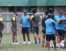 El técnico argentino Mauricio Tapia conversa con los defensa Carlos Salvador Estrada y Nicolás Samayoa. (Foto Prensa Libre: Francisco Sánchez )