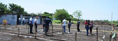 Las familias beneficiadas por Techo recorrieron el terreno donde se construirán sus viviendas, en colonia Hunapú, zona 4 de Escuintla. (Foto Prensa Libre: Carlos Paredes)