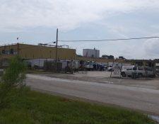 Vista de uno de los parqueos de la planta procesadora de pollo en Canton, Misisipi, donde se registró una redada masiva de migrantes el miércoles pasado. (Foto Prensa Libre: Cortesía)