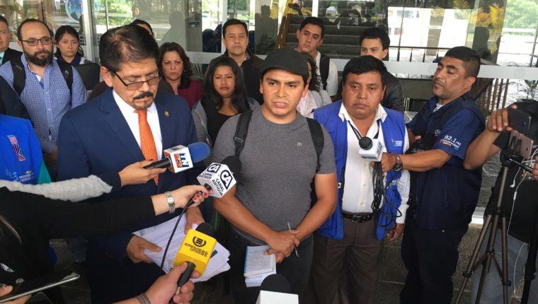 Autoridades de la Usac y representantes estudiantiles informan acerca de los avances de diálogo. (Foto Prensa Libre: Carlos Hernández).