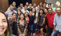Aníbal Samayoa subió esta fotografía a la cuenta de Twiter donde cuenta que se reunió un grupo de estudiantes para continuar compartiendo conocimiento. (Foto Presa Libre: Cortesía)