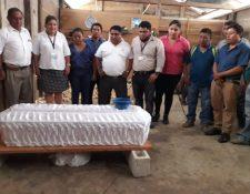 Los restos de Yeison Randolfo Chen Sacul, de 5 años, son velados en su casa, en la comunidad Las Arenas, en Sayaxché, Petén. (Foto Prensa Libre: Edmundo Bolom)