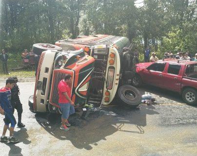 Un autobús volcó en el kilómetro 226 de la ruta de Xela a San Marcos. (Foto Prensa Libre: CBMD)