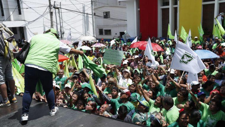 Simpatizantes de la UNE esperan a Sandra Torres en el cierre de campaña antes de la segunda vuelta. (Foto Prensa Libre Esbin García)