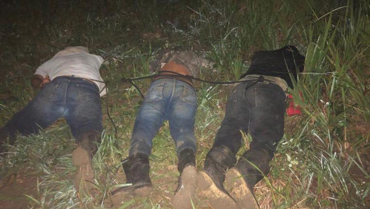 Tres de los 10 capturados en la operación militar en en Estrella del Norte,  en la Laguna del Tigre, Petén. (Foto Prensa Libre: Ejército de Guatemala)
