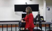 Anabella de León ingresa a tribunal que lleva el caso. (Foto Prensa Libre: Noé Medina).