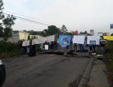 Estudiantes del Cunoroc mantienen bloqueado el kilómetro 255 hacia Huehuetenango. (Foto Prensa Libre: Mike Castillo)