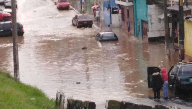 Imagen tomada desde un vertedero clandestino que muestra parte de las inundaciones en el Paraíso 2, zona 18. (Foto Prensa Libre: Cocode sector 3)