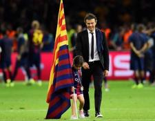 Xana, la hija de Luis Enrique Martínez falleció por cáncer de huesos. En la fotografía celebra con su padre un título del FC Barcelona. (Foto Prensa Libre: AFP)