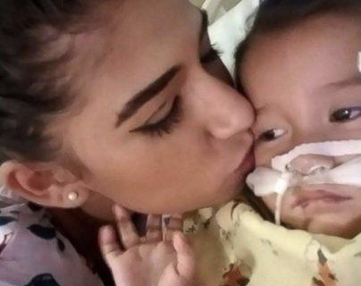 Yazmín Juárez besa a su hija Mariee quien falleció en custodia del ICE. (Foto Prensa Libre: Yazmín Juárez)