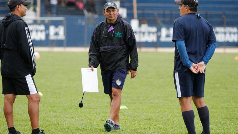 Jorge 'el Zarco' Rodríguez prepara la estrategia para enfrentar a Santa Lucía. (Foto Prensa Libre: Eduardo Sam Chun)