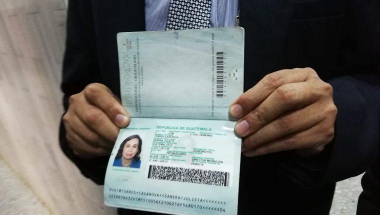Abogado Vinicio Salvatierra muestra el pasaporte de Sandra Torres. (Foto Prensa Libre: Kenneth Monzón)