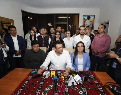 Óscar Argueta, secretario general de la UNE, y dirigentes del partido, en conferencia de prensa. (Foto Prensa Libre: Esbin García)