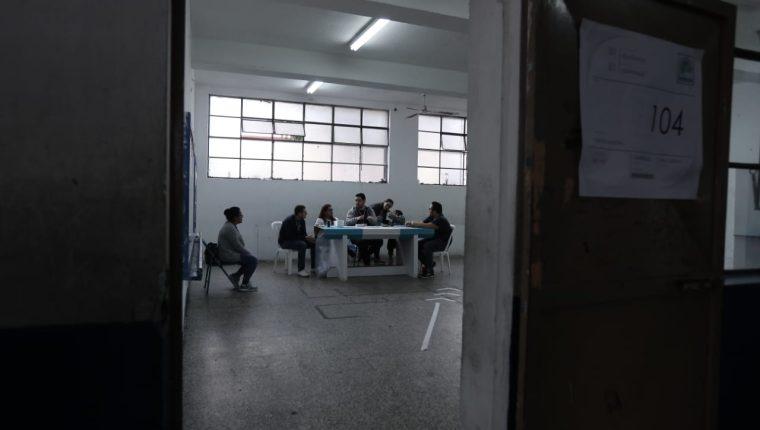 La poca afluencia de personas en los centros de votaciones ha sido la constante durante la mañana en distintos puntos del país. (Foto Prensa Libre: Juan Diego González)