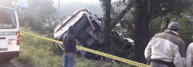 Un camión se accidentó en el kilómetro 46 .5 de la ruta Interamericana. (Foto Prensa Libre: Víctor Chamalé)