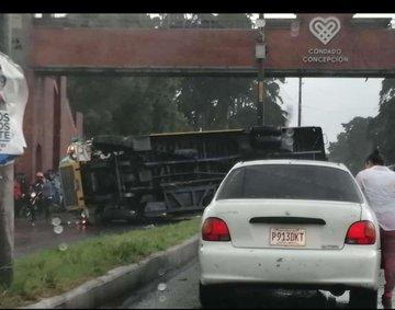 Un bus volcó en el kilómetro 16 carretera a El Salvador, dos menores de edad fueron trasladados al Hospital Roosevelt. (Foto Prensa Libre: Twiitter)