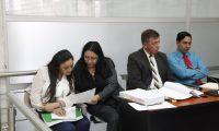 Clara Mariel Carvallo Carvallo -izquierda- y Manuel Francisco Sosa Batres -con saco-. (Foto Prensa Libre: Noé Medina)