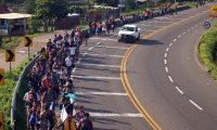 MEX4148. TAPACHULA (MÉXICO), 05/06/2019.- Migrantes caminan por la carretera que conduce a la ciudad de Tapachula (México) este miércoles, tras cruzar la linea fronteriza de Guatemala. EFE/ Carlos López