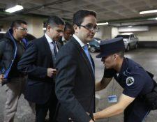 El fiscal Andrei González (al centro) ingresa a la Torre de Tribunales junto al jefe de la fiscalía Juan Francisco Sandoval. (Foto Prensa Libre: Hemeroteca)