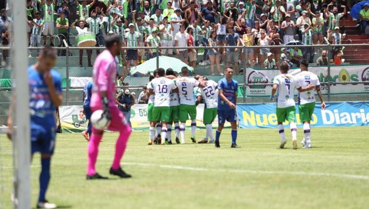 Los jugadores de Antigua festejan frente a Cobán Imperial, en el Pensativo. (Foto Prensa Libre: Carlos Vicente)
