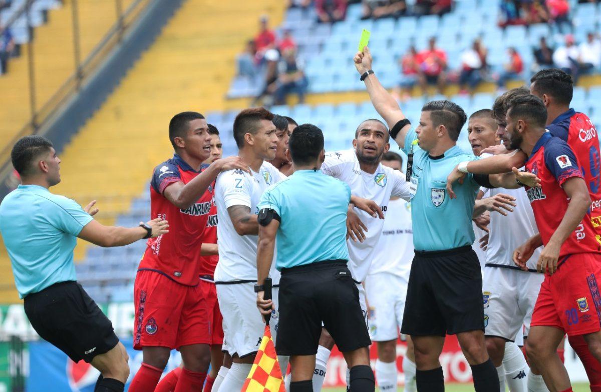 El árbitro Armando Reyna reporta insultos y señalamientos del portero crema José Calderón