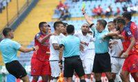 El árbitro Armando Reyna no pudo controlar el partido entre rojos y cremas en el Clásico 307. (Foto Prensa Libre: Francisco Sánchez)