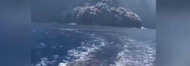 Turistas huyen a toda prisa del mortal deslave. (Captura de Youtube)